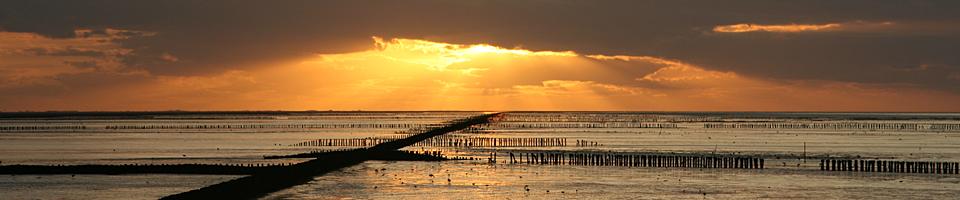 Foto van zonsondergang boven de Waddenzee bij Holwerd